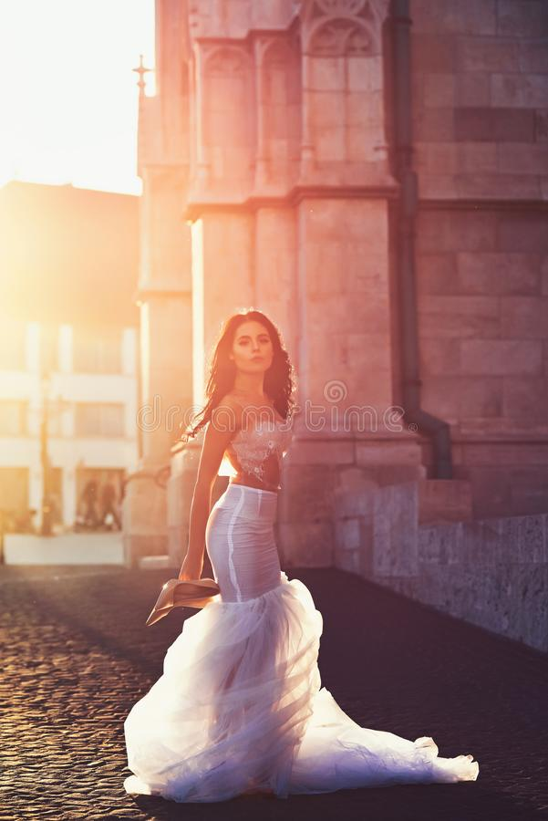 Panny m?odej dziewczyna przy ?lubn? ceremoni? w kasztelu Kobieta przy kamienny antyczny wierza w lecie Seksowna dziewczyna w biel zdjęcie royalty free