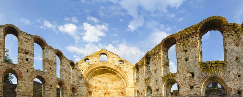 Pano av den förstörda kyrkan i den gamla staden Nesebar arkivbild