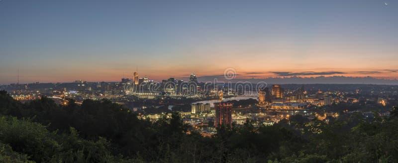 Pano av i stadens centrum Cincinnati, Ohio horisont arkivbilder