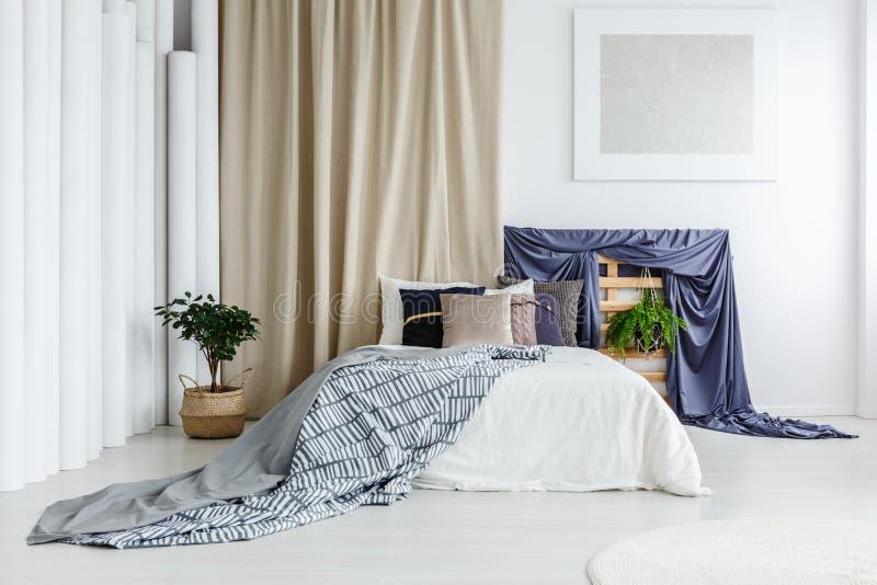 Pano azul do cetim no quarto imagem de stock royalty free
