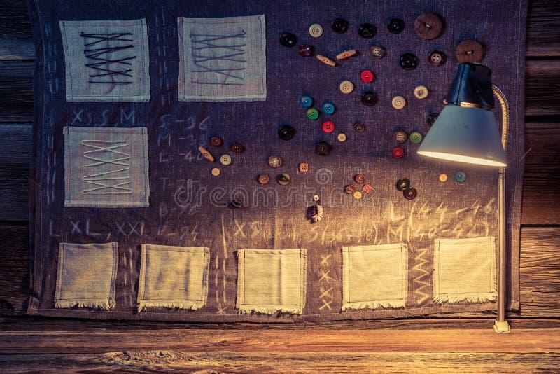 Pano da costura feito das agulhas, das linhas e dos botões na oficina do alfaiate ilustração royalty free