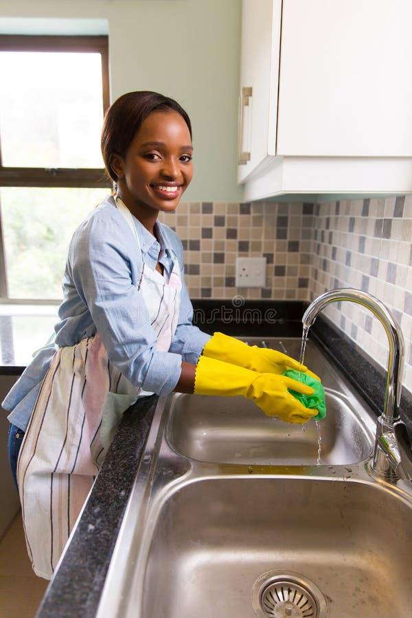 Pano de prato de lavagem da mulher imagens de stock