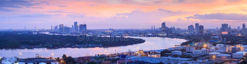 Pano del paesaggio di regione metropolitana di Bangkok e di Chao Phraya River fotografia stock
