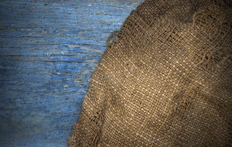 Pano do cânhamo de serapilheira de Brown no fundo rústico da tabela de madeira fotografia de stock