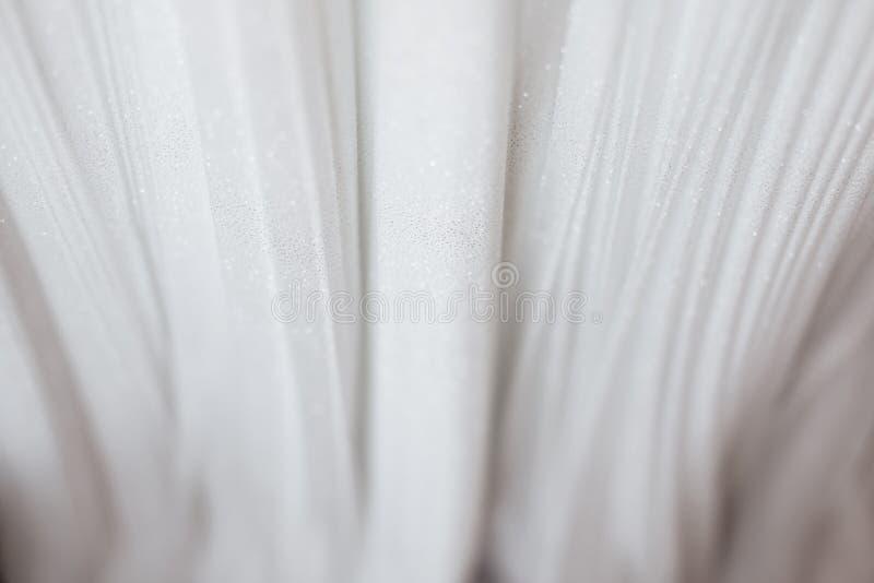 Pano luxuoso do fundo branco do sumário ou dobras líquidas do onda ou as onduladas do material de seda de veludo do cetim da te foto de stock