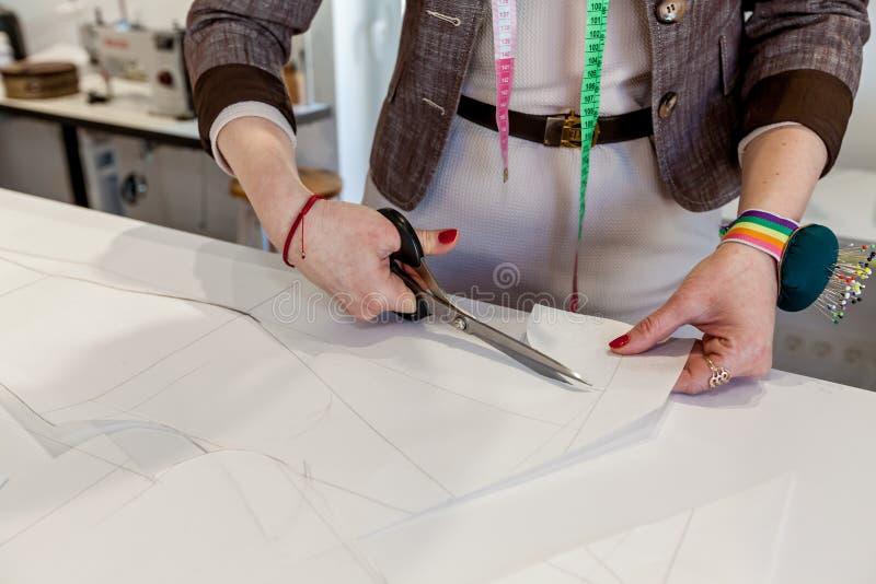 Pano, mãos, costurando, projeto fotografia de stock royalty free