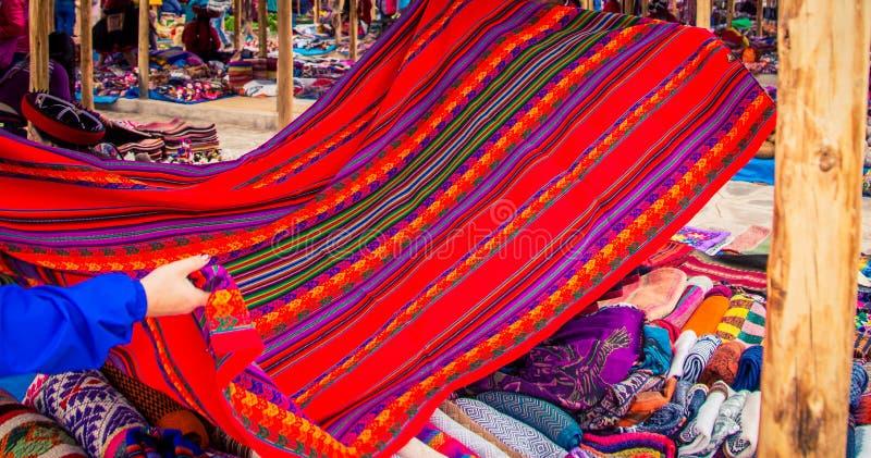 Pano tecido tradicional no mercado de Chinchero fotografia de stock