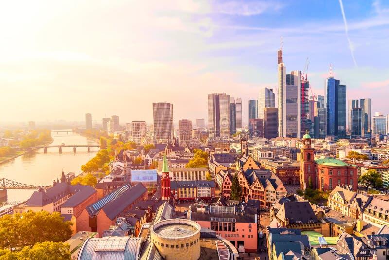 Panorámica de la ciudad horizonte de negocios distrito con rascacielos durante el amanecer, Frankfurt am Main Hessen, Alemania fotografía de archivo