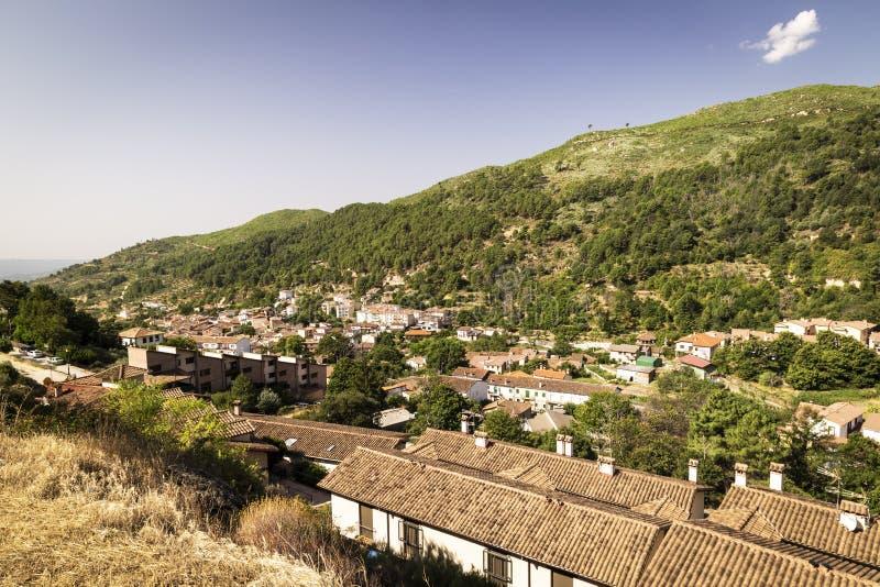 Panorámico de una pequeña ciudad en el pie de una montaña imágenes de archivo libres de regalías