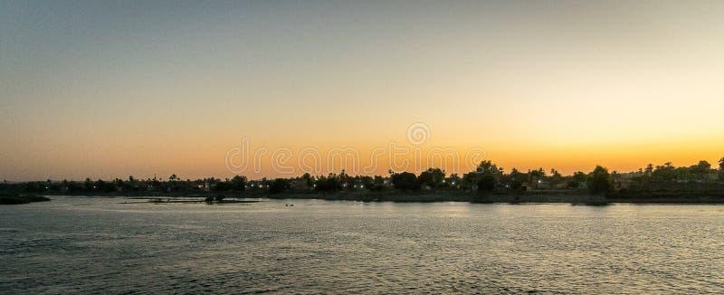 Panorámico de una puesta del sol en el Nilo Egipto imagen de archivo libre de regalías
