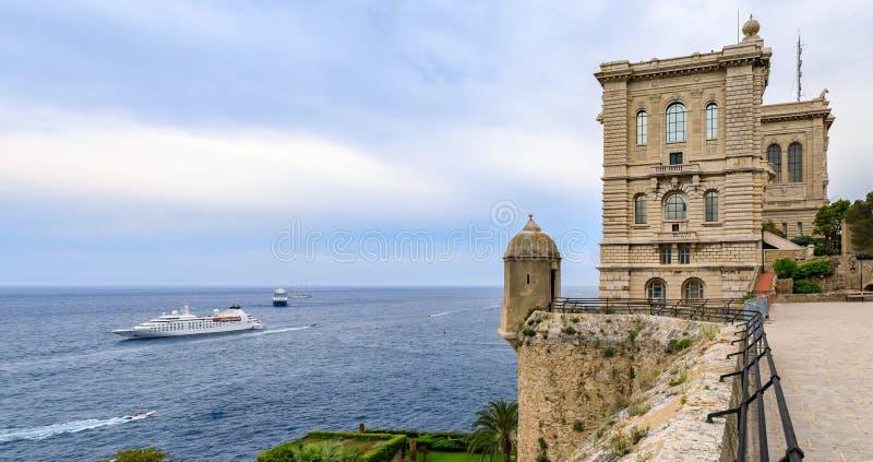 Panorámico del mar Mediterráneo y del museo de la oceanografía en Mónaco, Cote d' Azur o la riviera francesa imagen de archivo