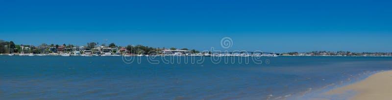 Panorámico del paisaje marino en la bahía de la botánica con la opinión de capitán Cook Bridge que cruza a la orilla meridional d imagen de archivo