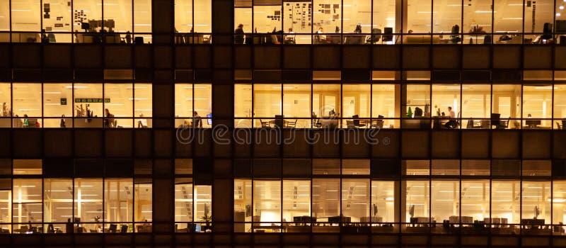 Panorámico - edificio de oficinas interior con el trabajo de la gente imágenes de archivo libres de regalías