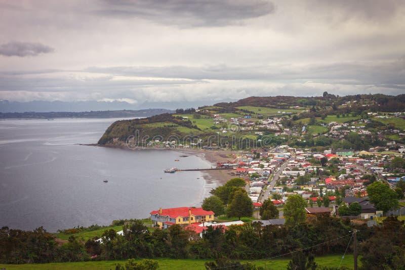 Panorâmico da vila de Achao, ilha de Quinchao, arquipélago de Chiloe, situado na região do Los Lagos, o Chile imagens de stock
