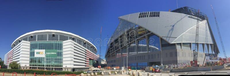 Panorâmico de Georgia Dome e de Mercedes Benz Stadium imagens de stock