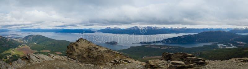 Panorâmico do canal e do Ushuaia do lebreiro na esquerda Tierra del Fuego National Park foto de stock