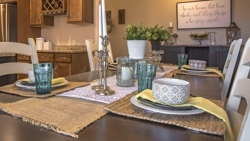 Panoram Biali krzesła wokoło brązu łomota stół z konopie stołu placemats i biegaczami fotografia royalty free