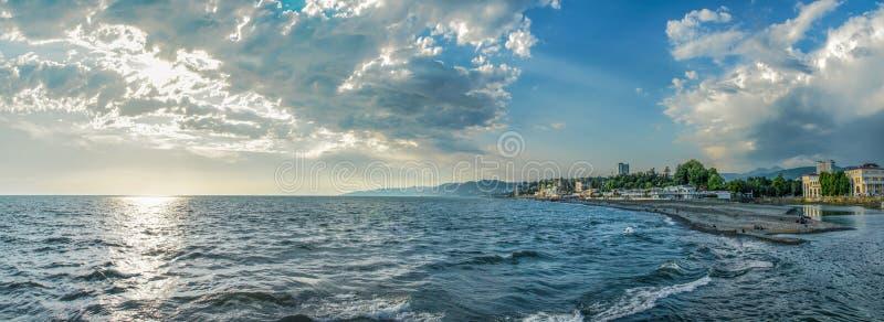 Panoram urbain de la Russie de noir de mer de bâtiments de ville d'été de nuage de Sotchi photos libres de droits