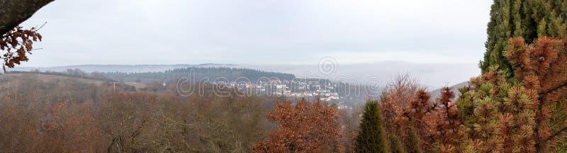Panoram von Feldern und von Dorf in den langgöns stockbild