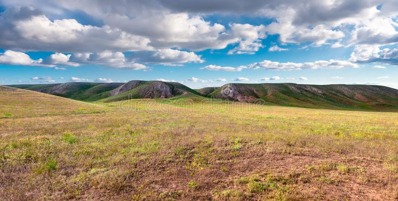 Panoram wzgórza w słonecznym dniu Vista wzgórzy sceniczny idylic krajobrazowy słońce przez chmur łąkowych fotografia stock