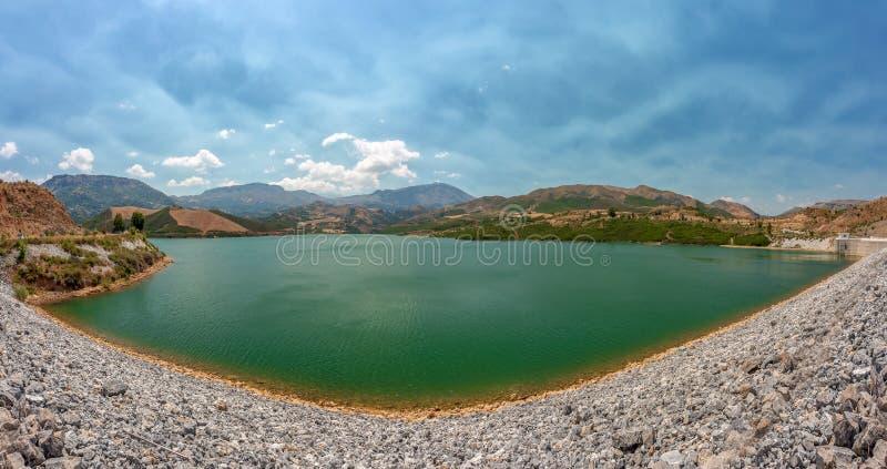 Panoramaöverblick av Potami fördämning sjön, Kreta, Grekland royaltyfri foto