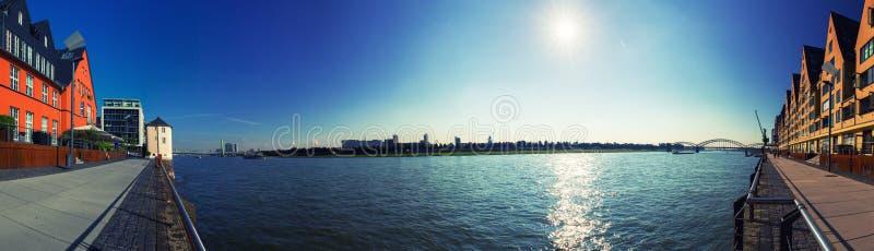 Panorama 180 ° van promenade op de Rijn in Keulen, Duitsland Zonnige hemel zonder wolken en zonbezinning over het water royalty-vrije stock foto's