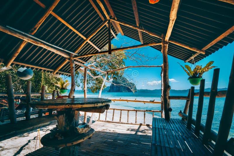 Panorama à distance de fuite tropicale d'île impressionnante de Pinagbuyutan de la terrasse en bois et en bambou indigène, beauté image libre de droits