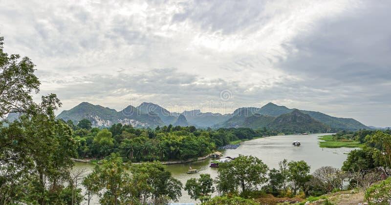 Panorama är sikter av floden Kwai och bergen av Kanchanaburi Thailand royaltyfri bild