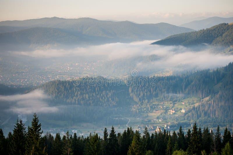 Panorama étonnant de gamme de montagne brumeuse image libre de droits