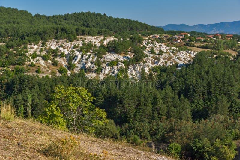 Panorama étonnant de la pierre de phénomène de roche épousant près de la ville de Kardzhali photos libres de droits