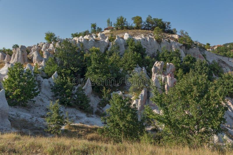 Panorama étonnant de la pierre de phénomène de roche épousant près de la ville de Kardzhali photo libre de droits