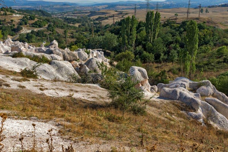 Panorama étonnant de la pierre de phénomène de roche épousant près de la ville de Kardzhali images libres de droits