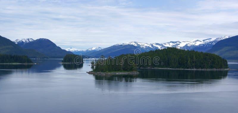 Panorama, îles et forêts de conifère photo stock