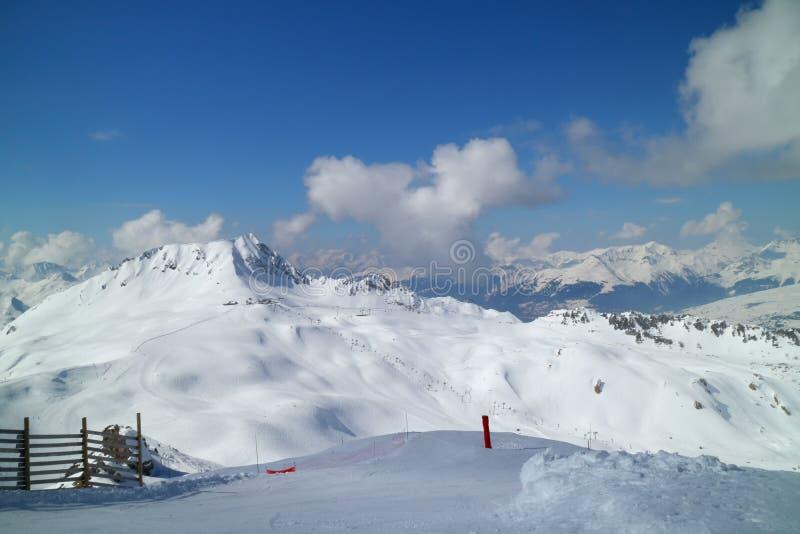 Panorama över alpina snöig maxima, skidar pistes royaltyfria foton