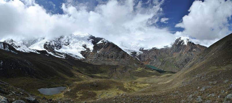 Panorama över att beskåda dalen inbetween bergen Tullparahu och Pukaranra, Peru arkivfoton