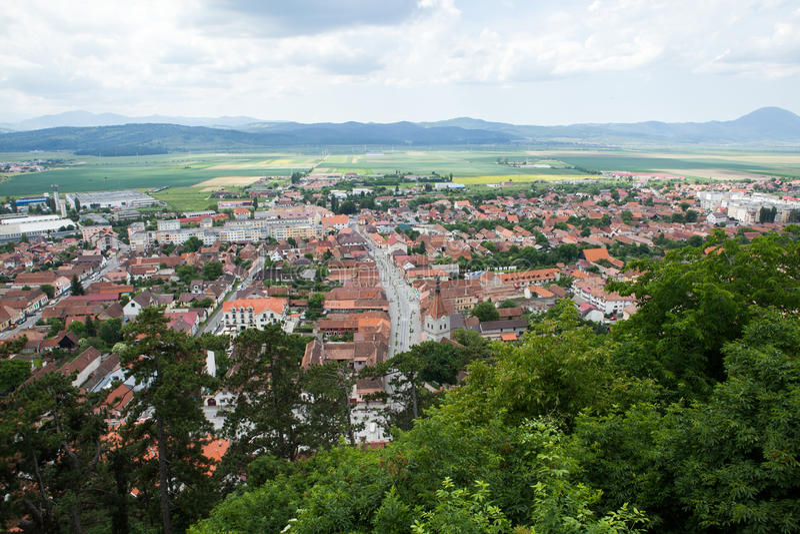 Panorama över en bergstad i spingen arkivfoto