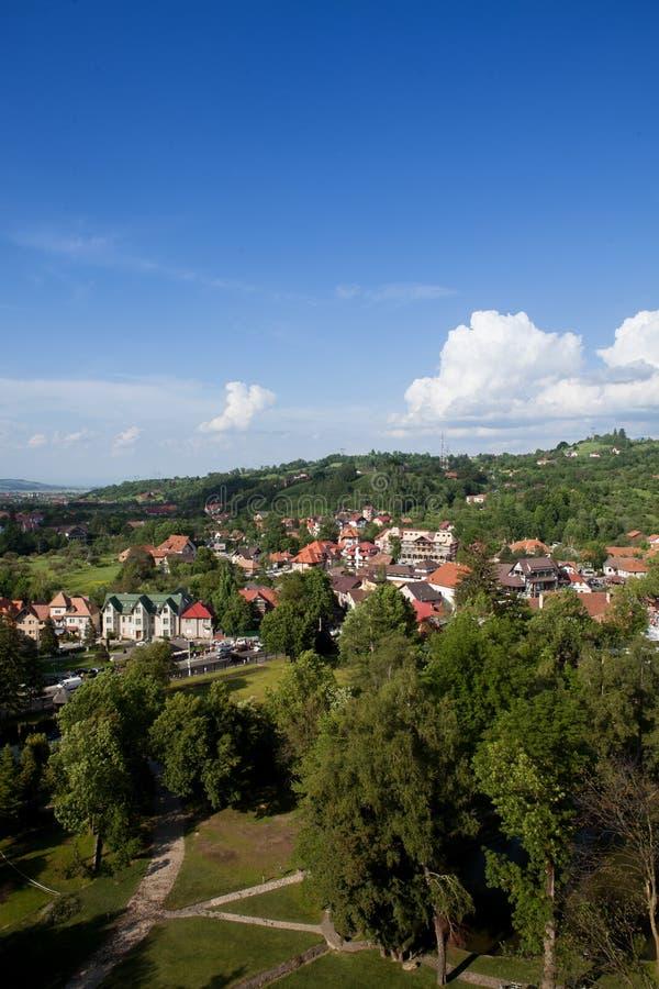 Panorama över en bergstad i spingen royaltyfria bilder