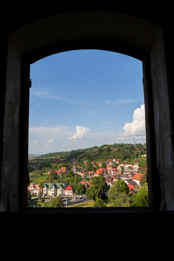 Panorama över en bergstad i spingen arkivbild