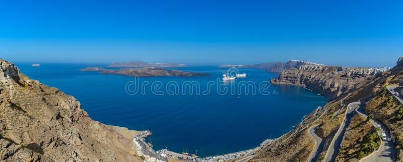 Panorama- överblick av Santorini, Thira, Grekland, över calderaen royaltyfri bild
