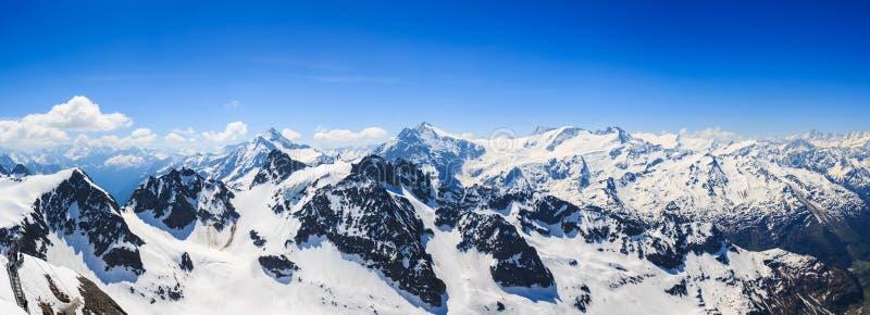 Panorama śnieżny pasma górskiego pasmo górskie od Titl obraz stock