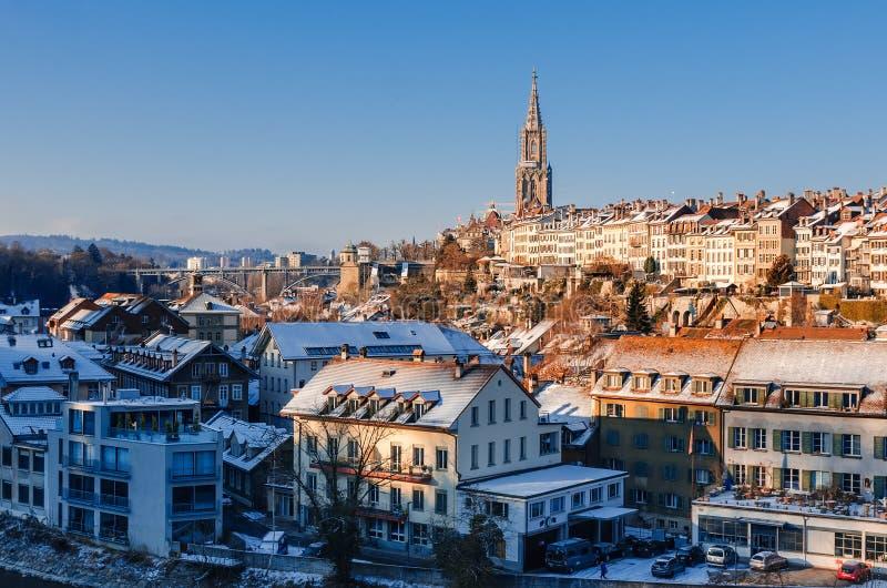 Panorama śnieżyści dachy Bern ` s stary miasteczko i Steeple Berne katedra fotografia stock