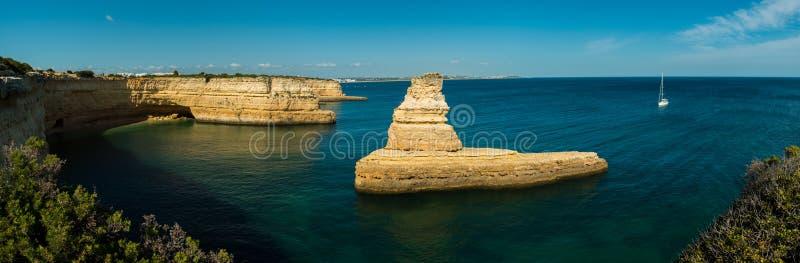 Panorama Żółta łodzi podwodnej skała na Algarve wybrzeżu Portugalia, w zatoce Praia da Morena fotografia stock