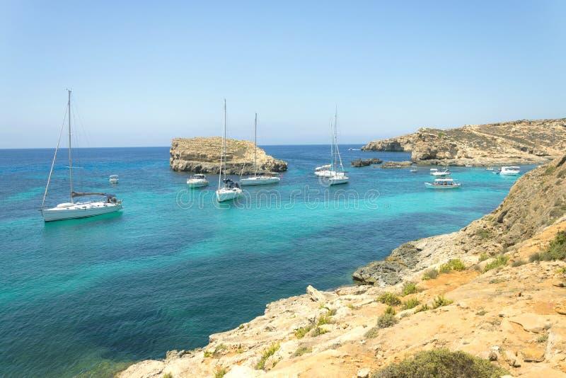 Panorama żeglowanie łodzie zakotwiczał na otwartym morzu w popularnej podpalanej Błękitnej lagunie na Comino wyspie Malta Turkuso zdjęcie stock