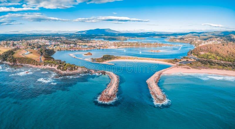 Panorama aéreo da cidade costeira bonita Narooma, NSW, Austrália foto de stock royalty free