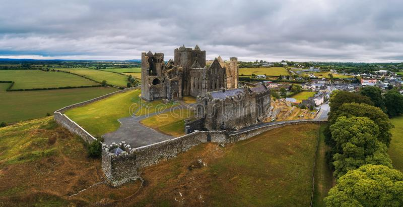 Panorama aéreo da rocha de Cashel na Irlanda fotos de stock