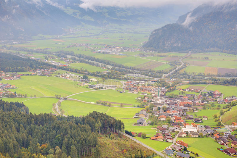 Panorama aéreo das cidades e das estradas em um vale cercado por montanhas alpinas ao sul de Achensee em Tirol, Áustria imagem de stock royalty free