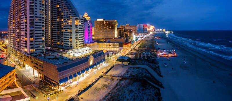 Panorama aéreo de Atlantic City en la oscuridad fotos de archivo