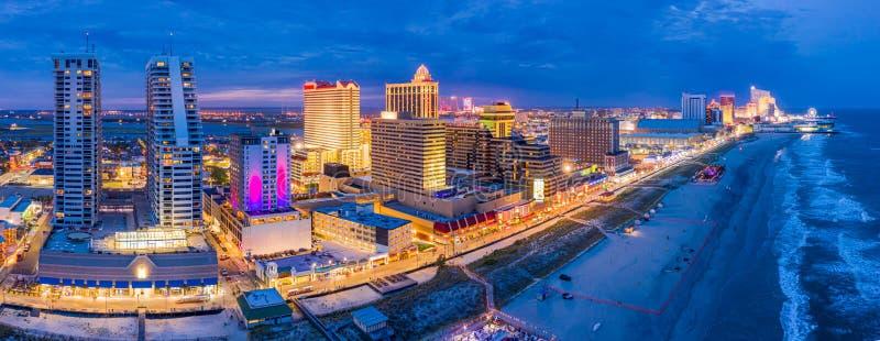 Panorama aéreo de Atlantic City en la oscuridad imágenes de archivo libres de regalías