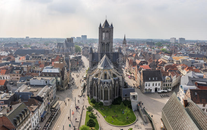 Panorama aéreo de Gante con la iglesia de San Nicolás foto de archivo