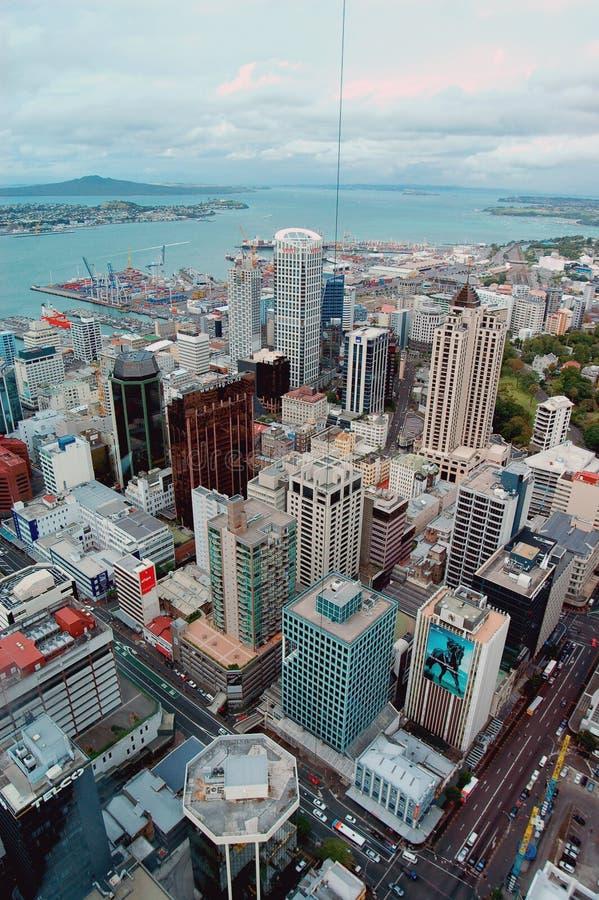 Panorama aéreo de la ciudad y del puerto de la torre del cielo de Auckland en Nueva Zelanda imagen de archivo